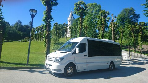 Mercedes-Benz Sprinter 519: Bussen er topp moderne og har det beste utstyret som fins på markedet for gjestenes ypperste komfort! Aircondition, regulerbare stoler, individuelle leselys samt forvarmer for å nevne noe! Bussen har EURO 6 motor som er det ypperste som finnes innen miljøteknologi. Med å benytte denne bussen bidrar du dermed til forbedret miljø i forhold til eldre busser. Uten at det koster deg noe ekstra!